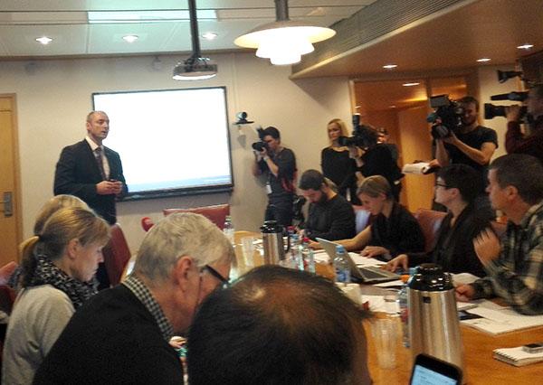 TRANGT: Arbeidsminister Robert Eriksson informerte mange pressefolk i et rom med plass til få.
