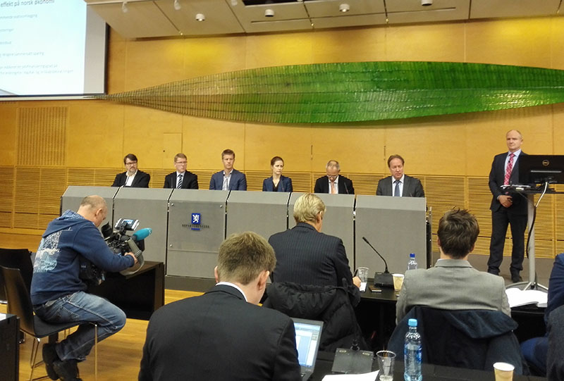 Scheel-utvalget. Her fra pressekonferansen i det gamle regjeringsbygget R4.  Hans Henrik Scheel er lengst til høyre. De andre er sikkert fine folk på sine måter, men jeg husker ikke hva de heter.